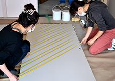 1,もともとのベースはベニヤ板が張ってある襖でした。こちらを今回は壁紙よりローコスト!グレーと黄色の斜めストライプ柄にします。まずはマスキングです。鉛筆等で確実に印を付けて下さいね。(途中で何度もどこまで計ったかわからなくなりましたw)