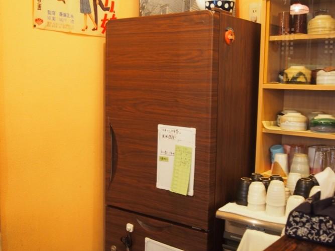 客席から見える冷蔵庫には、カッティングシートが貼ってあります。