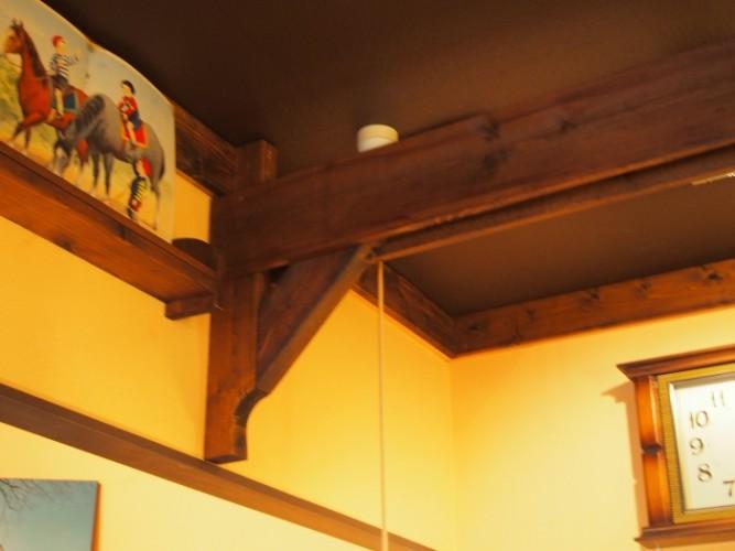 天井には一軒家の雰囲気を出す為に梁が付いています
