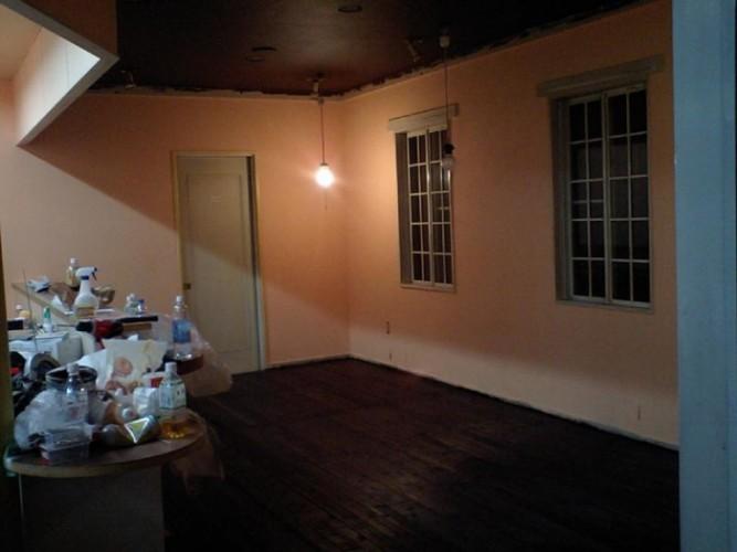 床は板にウォールナットのステインを3度ほど塗り込んで味を出しています。
