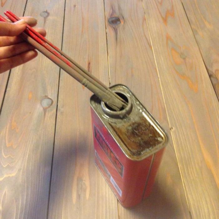 3.床貼り作業もDIYなので目地幅がマチマチ!それに加えて無垢材は吸放湿作用があるため、落ち着くまでだいぶ伸縮します。表面だけ色が着くと、この目地が白~く残って案外目立ってしまうので、目地の溝部分も細めの絵筆で丁寧に色を付けていきます。