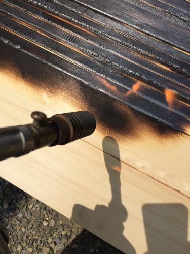 杉をバーナーで焼くことでアンティークの風合が!耐久性もアップするのだとか